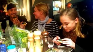 Ludwic, Anna och Magdalena mumsar pintxos.